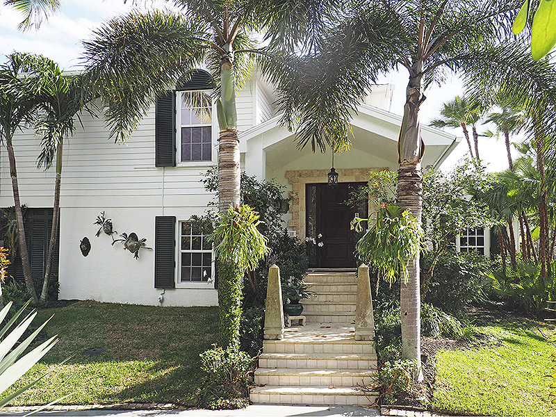 Additional photo for property listing at Charming Spaces for Family & Guests... Plus Beach Access  Jupiter Island, Florida,33455 United States