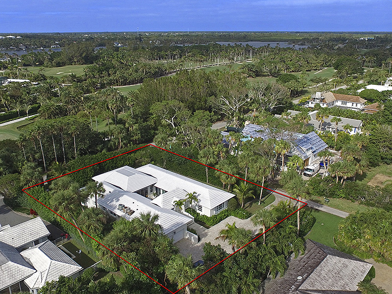 Casa Unifamiliar por un Venta en UNDER CONTRACT Tranquil Central Island Courtyard Home Jupiter Island, Florida,33455 Estados Unidos